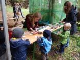 zum Programm gehrten auch die Waldpädagogen. Simone Flohr macht Fußabdrücke von Waldtieren.